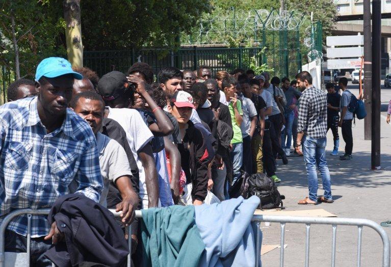Image d'illustration de migrants devant le centre humanitaire La Chapelle. Crédit : Mehdi Chebil