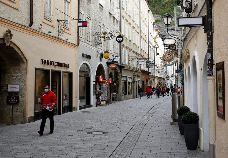 Dans les rues de Salzbourg, en Autriche, le 21 octobre 2020. Crédit : Reuters