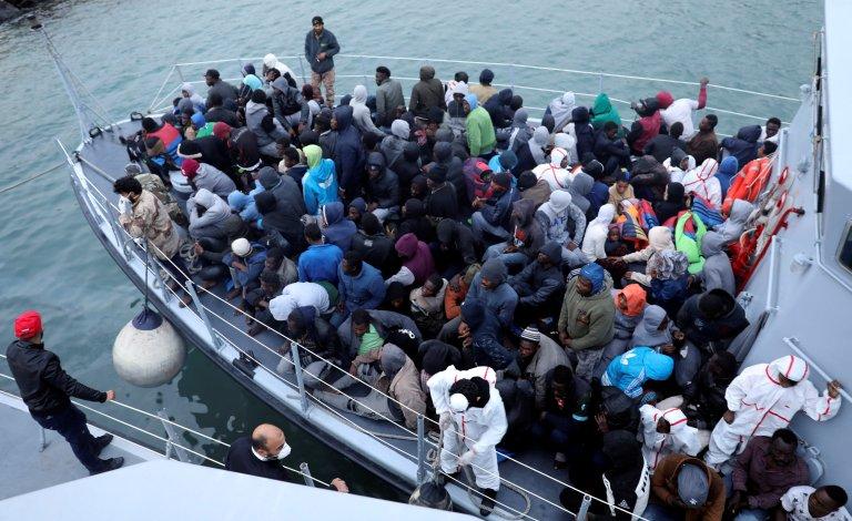 محافظان ساحلی لیبیا مهاجران نجات داده شده از مدیترانه را به لیبیا بر میگردانند، ٩ جنوری ٢٠١٨.  عکس از رویترز/ هانی امره