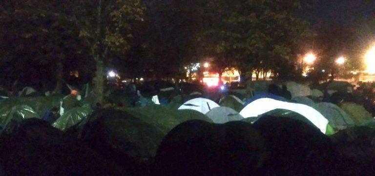 بیش از ۲۰۰۰ مهاجر در کمپ سن دنی در شمال پاریس  زندگی میکنند. عکس از  سازمان همبستگی ویلسون