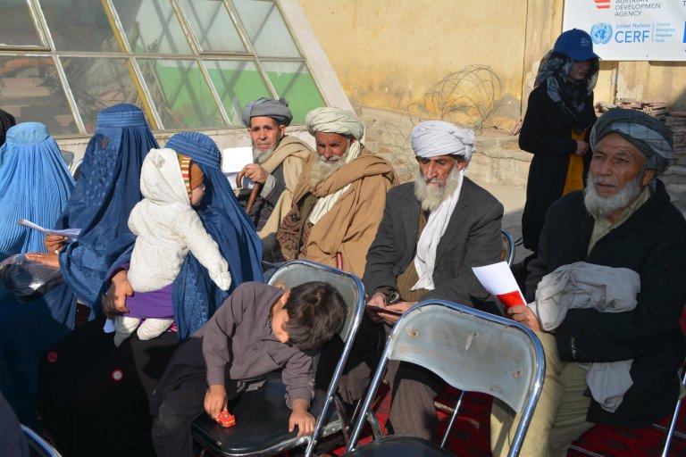 کابل کې د جګړو بې ځایه شوي کورنۍ د مرستو په تمه دي. انځور: آرشیف. کریدت: د کډوالو او راستنیدونکو چارو وزارت.۲۰۱۶