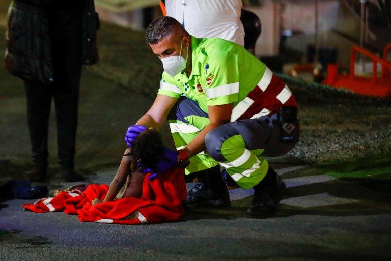 Une fillette a été réanimée le 16 mars 2021 par des secouristes espagnols après avoir été secourue dans l'Océan Atlantique aux côtés d'une cinquantaine de migrants africains. Crédit : Reuters