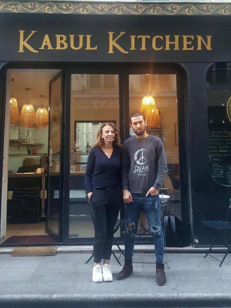 RFI/Jelena Tomic |Fatima et Shayan, devant leur restaurant Kabul Kitchen, rue Saint-Sauveur à Paris.