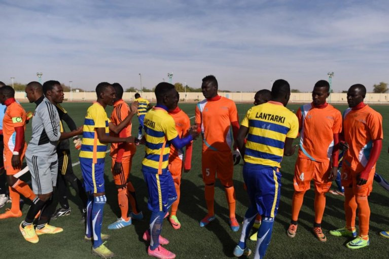 The players from Nassara AC (in orange) shake hands with their opponents, from Nigelek. (Photo: Mehdi Chebil)