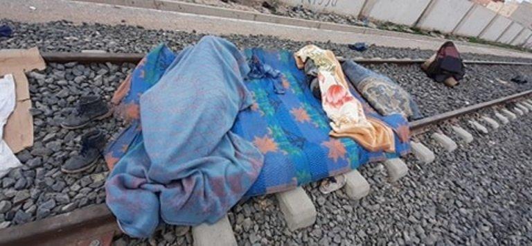 مهاجر ينام على خط السكة الحديدية. حقوق الصورة محفوظة