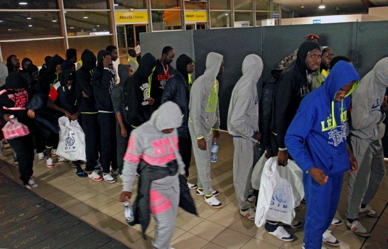 REUTERS/Luc Gnago |Migrants ivoiriens rapatriés de Libye à leur arrivée à l'aéroport d'Abidjan, lundi 20 novembre 2017.