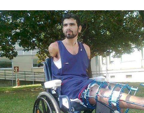 خالد الجزار لاجئ سوري فقد ذراعيه في قصف مدفعي.. ذهب إلى اليونان لملاقاة زوجته فعلق معها هناك