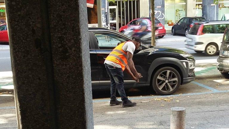 موندي، 29 عاماً، طالب لجوء نيجيري يقوم بتنظيف الشوارع في مدينة ميستري بالقرب من البندقية.