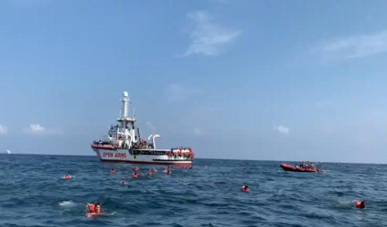"""ألقى أكثر من 70 مهاجرا بأنفسهم من متن سفينة """"أوبن آرمز"""" قبالة سواحل باليرمو في صقلية. الصورة مأخوذة من فيديو نشرته منظمة """"بروأكتيفا"""" الإسبانية"""