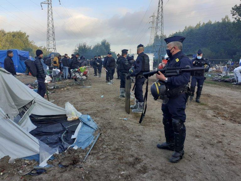 Une centaine de CRS était présent dans le camp jeudi 23 septembre pour son démantèlement. Crédit : Utopia 56