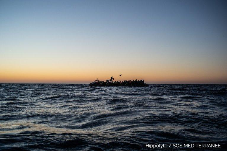 Une embarcation au large de la Libye. Crédit : SOS Méditerranée / Hippolyte
