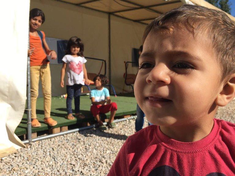 Des enfants syriens, réfugiés à Tilos, en Grèce. Crédit : InfoMigrants
