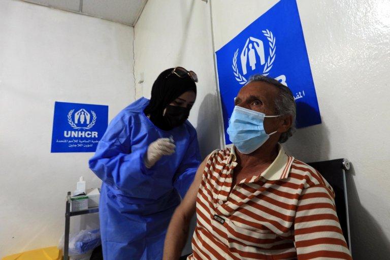 لاجئ سوري يتلقى جرعة من لقاح كوفيد - 19 في المركز الطبي بمخيم الزعتري في الأردن. المصدر: إي بي إيه/ محمد علي.