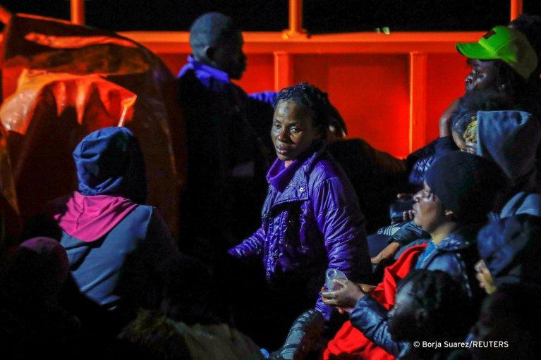 Migrants wait to disembark from a Spanish coast guard vessel, in the port of Arguineguin, Spain March 16, 2021 | Photo: Reuters/Borja Suarez