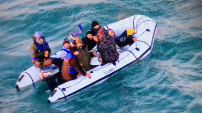 Image du sauvetage d'une embarcation de migrants dans la Manche, le 25 décembre 2018. Crédit : Marine nationale.