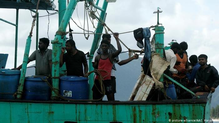 picture-alliance/AA/J. Hanafiah  مهاجرون غير قانونيين على مركب قاصدين أستراليا (صورة من الأرشيف)