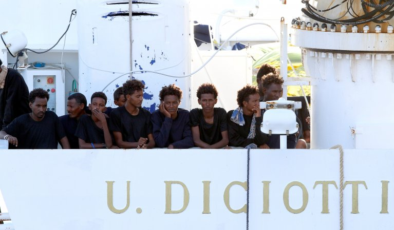 REUTERS/Antonio Parrinello |Des migrants à bord du «Ciciotti», dans le port de Catane, en Sicile, le 22 août 2018.
