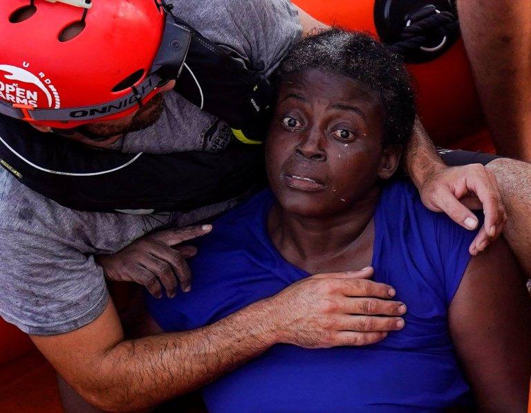 صدمة على وجه السيدة التي صارعت للبقاء على قيد الحياة.
