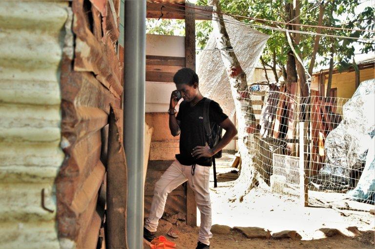Olivier près de la maison qu'il a construite dans le bidonville de Piste Tarzan. Crédit : Dana Alboz / InfoMigrants