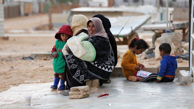 لاجئون سوريون في مخيم الزعتري/ رويترز