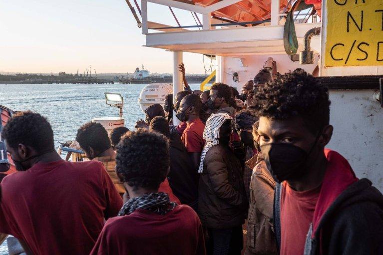 Les 363 migrants à bord du Sea Watch 3 ont débarqué, mercredi 3 mars, dans le port sicilien d'Augusta. Crédit : Sea Watch