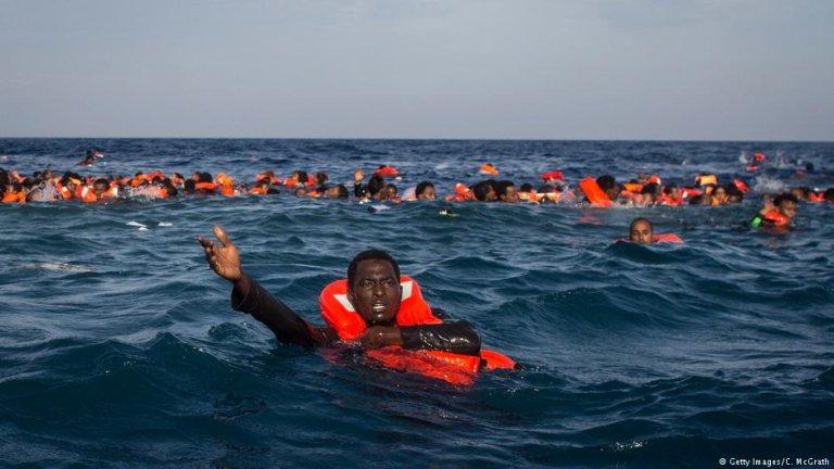 عکس از آرشیف دویچه وله/ پناهجویانی را نشان میدهد که قایق حامل شان در مدیترانه غرق شده است.
