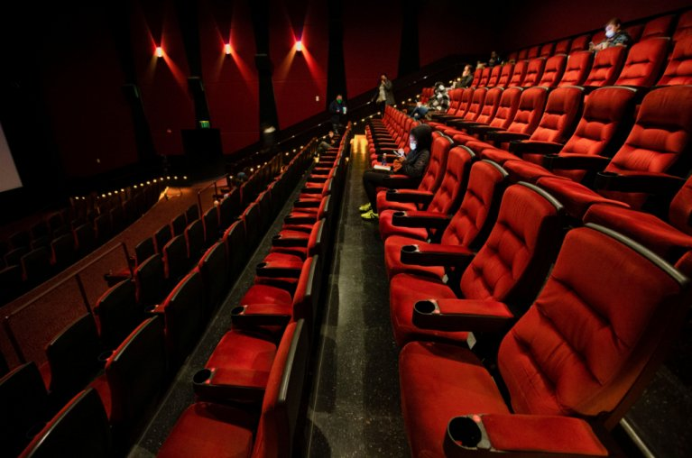 مشاهدون يجلسون في قاعة سينما شبه فارغة، في انتظار العرض الأول بعد افتتاح القاعات التي كانت   مغلقة بسبب جائحة كورونا. كاليفورنيا. المصدر: REUTERS/Mario Anzuoni