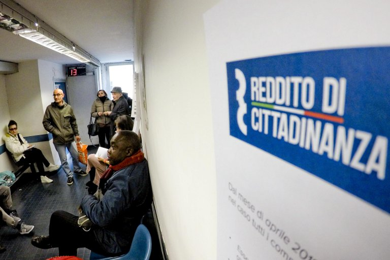 People applying for Italy's citizenship wage basic income in Naples, Italy | Photo: ANSA/CIRO FUSCO