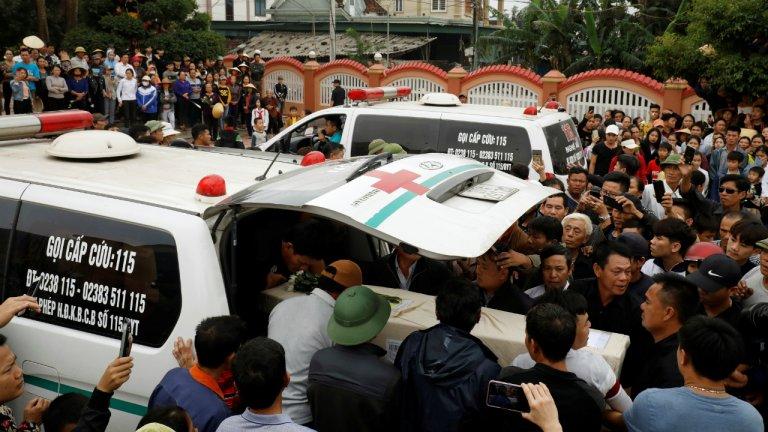 Des proches de victimes, retrouvées mortes parmi 39 migrants vietnamiens dans un camion frigorifique près de Londres, accueillent leurs dépouilles dans la province de Nghe An, au Vietnam, le 27 novembre 2019. Crédit : Reuters