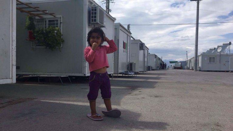 Un jeune enfant dans un camp de réfugiés en Grèce. Crédits : InfoMigrants