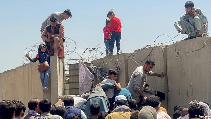 عائلات أفغانية تحاول دخول مطار حامد كرزاي الدولي في 16 أغسطس 2021   الصورة: رويترز