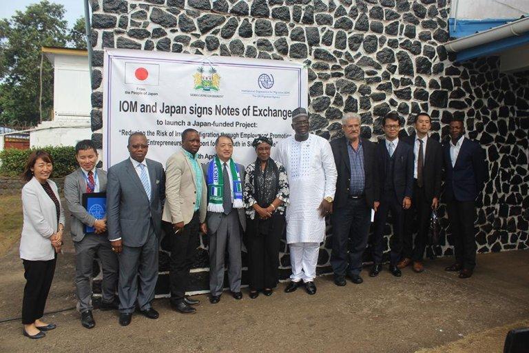 سانويسي سافاجي رئيس بعثة منظمة الهجرة الدولية (الخامس من اليمين) وتوسوتومو هيمينو سفير اليابان (الخامس من اليسار) بعد مراسم التوقيع. المصدر: منظمة الهجرة الدولية.