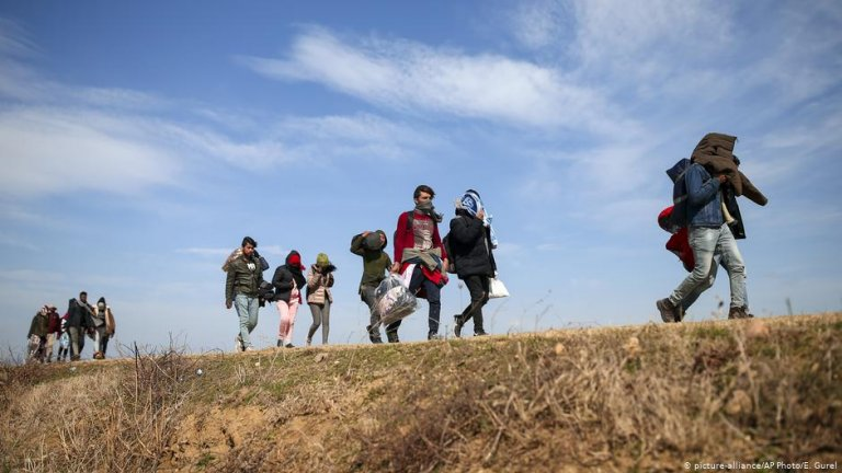 Migrants walk on the road near the Ipsala border gate in Edirne at the Turkish-Greek boder | Photo: Picture-alliance/AP Photo/E.Gurel