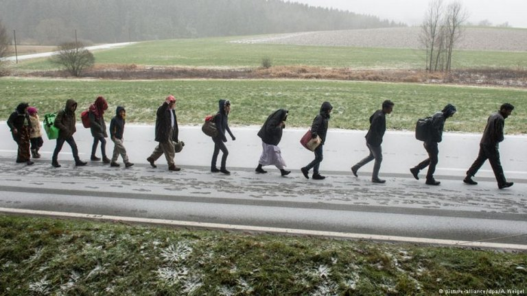From file: Archive photo from 2015 as asylum seekers wals across the German border with Austria | Photo: Picture-alliance/dpa/A.Weigel