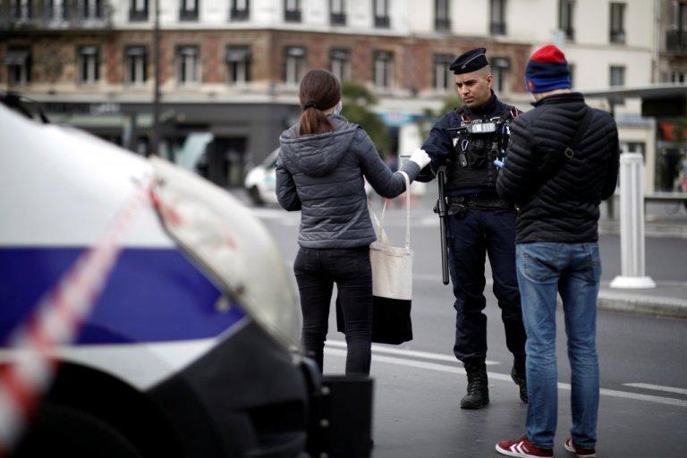 پولیس فرانسه در حال کنترول تردد شهروندان این کشور بعد از اعلام قرنطینه عمومی. عکس از رویترز