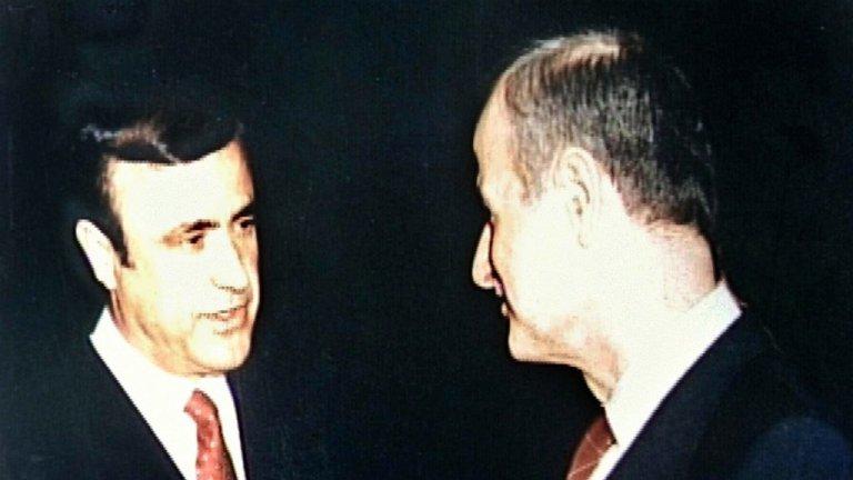 أرشيف |الرئيس الراحل حافظ الأسد (يمين) وشقيقه رفعت في 1986 في لندن.