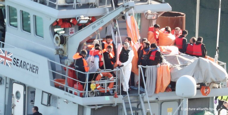 Migrants are brought ashore on an upper deck of the Border Force vessel Searcher in Dover | Photo: Picture-Alliance/Empics