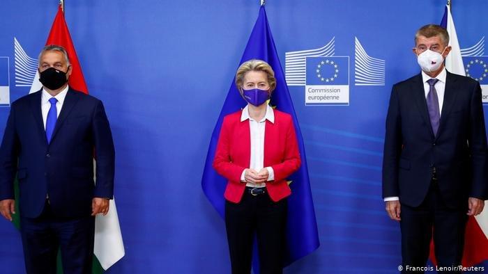 رئيسا وزراء التشيك والمجر مع رئيسة المفوضية الأوروبية