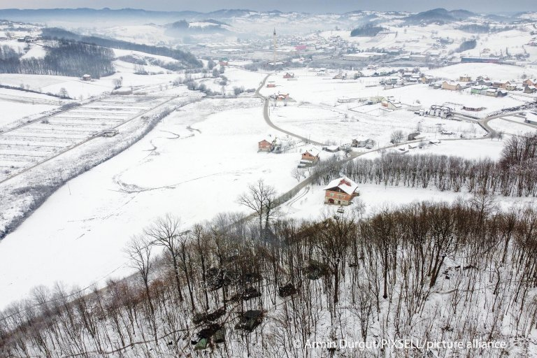 A makeshift migrant camp in the woods near Velika Kladusa in Bosnia on January 14, 2021   Photo: Armin Durgut/PIXSELL/picture alliance