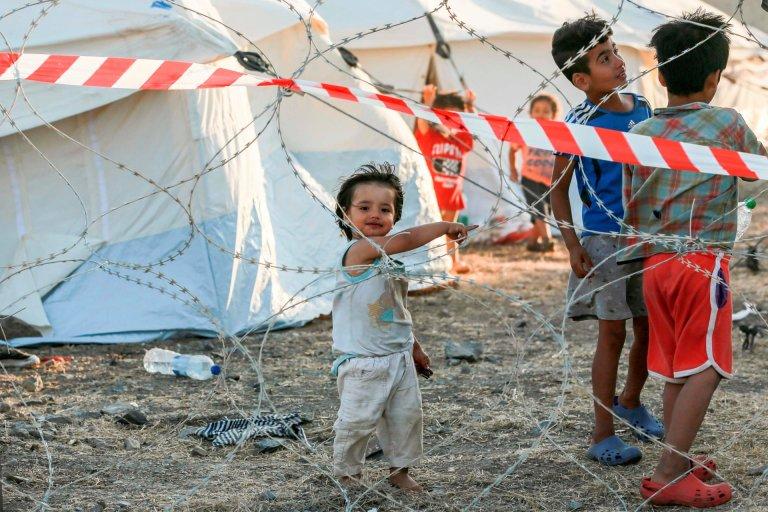 لیزبوس د کډوالو په نوي کمپ کې ماشومان. انځور: AFP او Getty