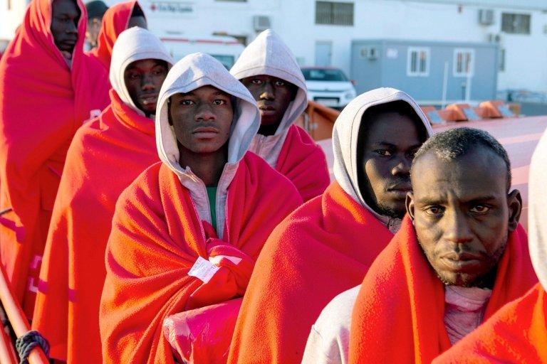 "ansa / مجموعة من المهاجرين في ميناء ملقة. المصدر: صورة من أرشيف من ""إي بي إيه""."