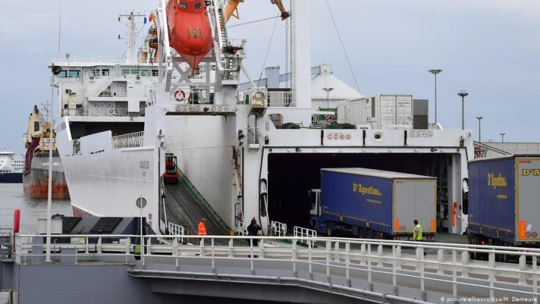 Trucks drive onto a ferry in the French port city of Calais | Photo: Picture-alliance/dpa/M.Demeure