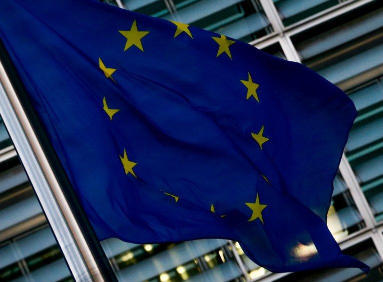 العلم الأوروبي أمام مقر المفوضية الأوروبية في بروكسل. المصدر: إي بي إيه/ ستيفاني ليكوكو.
