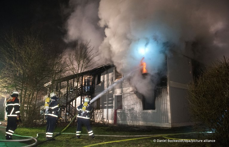 رجال إطفاء أثناء محاولتهم إطفاء الحريق في مركز استقبال المهاجرين في هامبورغ