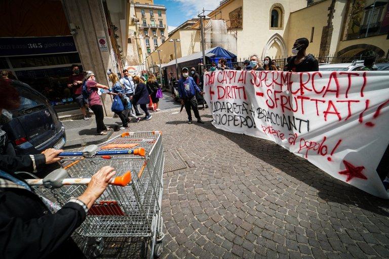 مهاجرون في نابولي يشاركون في احتجاج عمال الزراعة في 21 أيار/ مايو الحالي. المصدر: أنسا/ سيزاري أباتي