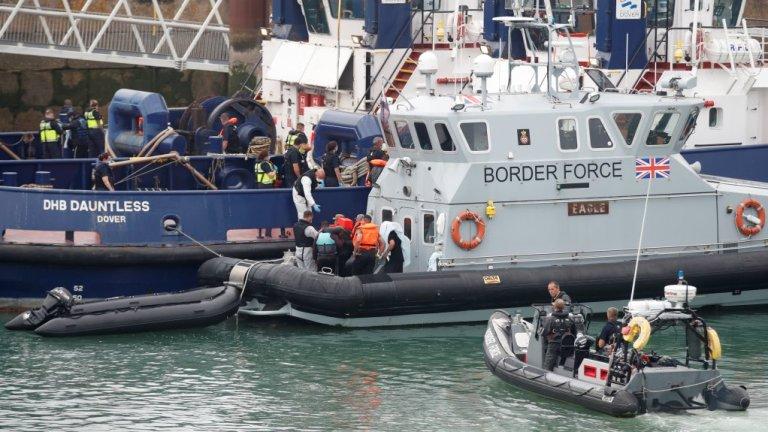 عکس آرشیف: نگهبانان ساحلی بریتانیا گروهی از مهاجران را به بندر دوور انتقال میدهند، ۱۲ اگست ۲۰۲۰. عکس از رویترز