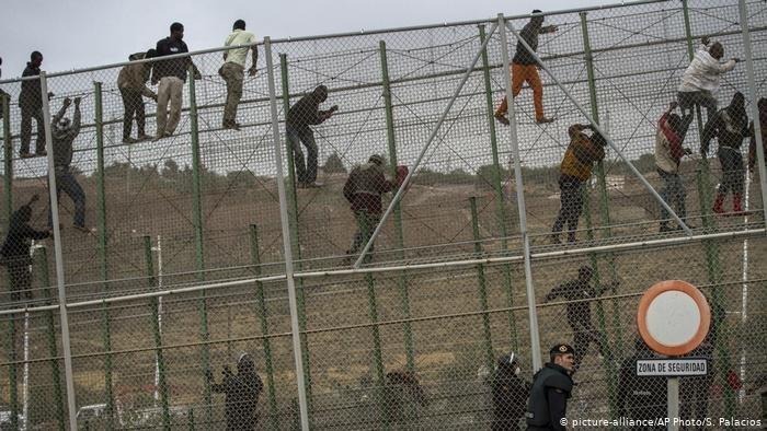 صورة من الأرشيف لمهاجرين يحاولون العبور من المغرب إلى مليلية الإسبانية