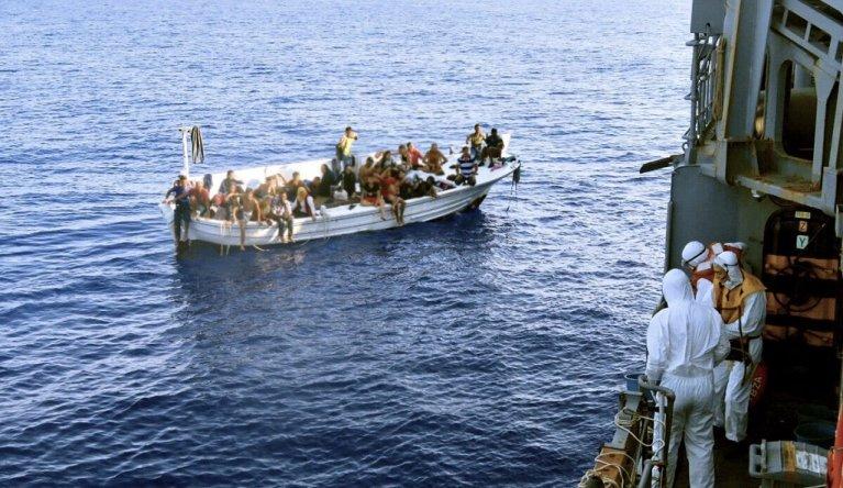 """قارب أنقذته دورية """"اليونيفيل"""" في المياه الدولية قبالة لبنان. الصورة من حساب """"اليونيفيل"""" على تويتر"""
