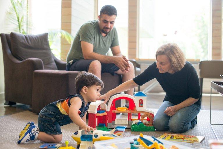 Linda (droite), une Américaine du Texas, a ouvert sa porte à une famille de réfugiés irakiens, dans le cadre d'un programme Airbnb, temps qu'ils trouvent un logement pérenne. Crédit : Airbnb.org