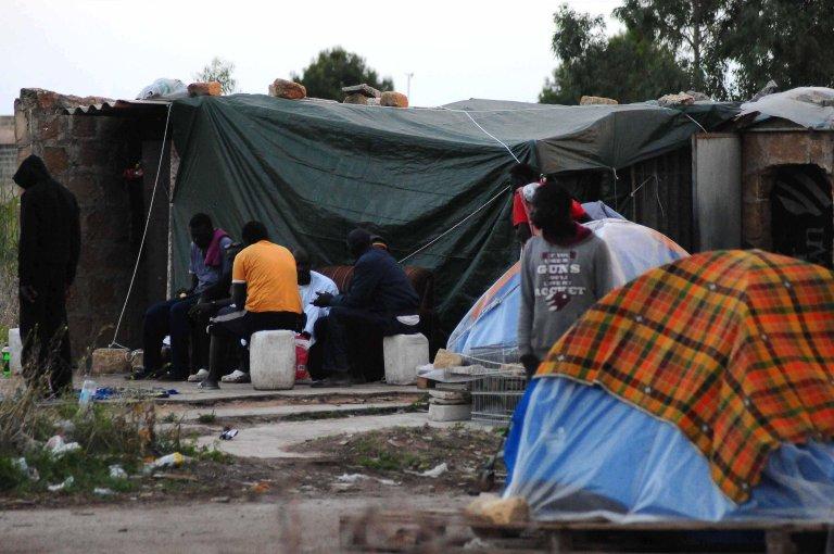 ANSA / مخيم عشوائي بالقرب من مدينة كامبوبيلو دي مازارا في صقلية، حيث يعيش نحو 300 مهاجر، أغلبهم من السنغال، ويعملون في حصاد الزيتون. المصدر: أنسا / فرانكو لانينو.
